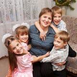4 дет обнимая мать. Принципиальная схема семьи. Стоковая Фотография