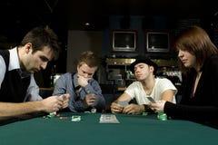 4 друз играя покер Стоковые Изображения RF