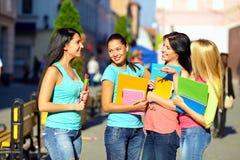 4 красивейших девушки коллежа говоря на улице Стоковая Фотография RF