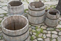 4 пустых бочонка воды на каменистом ярде Стоковая Фотография RF