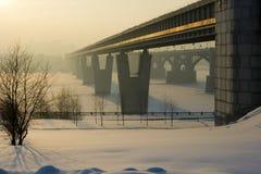 4.18 La passerelle par le fleuve large Image libre de droits