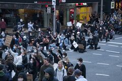 At 4:30 pm over 10,000 protesters knelt on one knee to recognize the 432 black deaths in custody