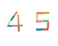 4 5个字母表编号彩色塑泥 免版税库存照片