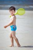 4 années mignonnes de garçon sur la plage tropicale Image libre de droits