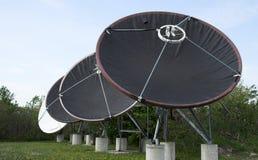 4 antennes paraboliques images stock
