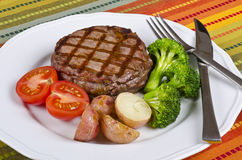 4 barbecued служят говядиной, котор овощи стейка Стоковые Фото