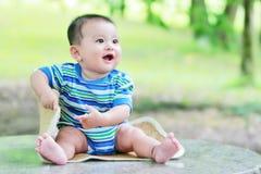 4 behandla som ett barn den älskvärda pojken Arkivbild