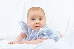 4 behandla som ett barn nätt white för månadstående Royaltyfri Fotografi