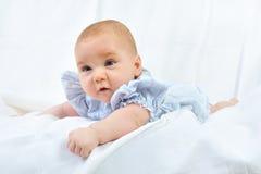 4 behandla som ett barn nätt white för månadstående Royaltyfri Bild