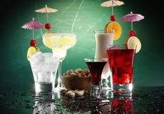 4 bevande e pistacchi felici dell'ombrello Fotografia Stock Libera da Diritti