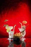 4 bevande felici dell'ombrello su colore rosso con il microfono Fotografie Stock Libere da Diritti