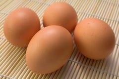 4 bruine eieren Stock Afbeeldingen