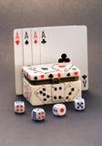 4 cartões de jogo dos ás e caixas de dados Imagens de Stock