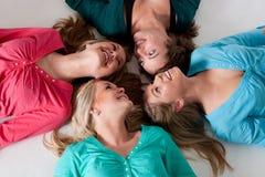 4 filles au sol Image libre de droits