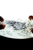 4 handen die een raadsel doen stock afbeelding