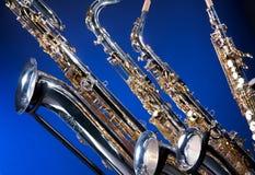 4 inställda saxofoner Arkivbild