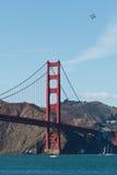 4 jatos voam sobre a ponte de porta dourada Fotografia de Stock Royalty Free