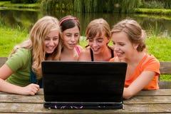 4 jeunes filles sur l'Internet Images libres de droits