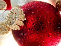 4 juldroppar smyckar vatten Arkivfoton