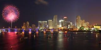 4. Juli-Feuerwerke, im Stadtzentrum gelegen, Miami Stockfotos