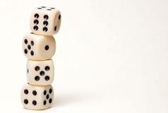 4 kostka do gry wypiętrzającego wypiętrzać przed biały tłem Fotografia Stock