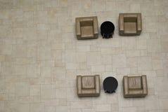 4 lege leunstoelen in de vergaderingsplaats Stock Fotografie