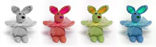 4 mehrfarbige kleine Kaninchen Stockbild