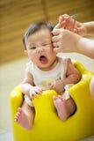 4-Monats-altes asiatisches Baby, das einen Haarschnitt hat Stockbild