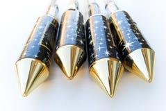 4 neue Feuerwerkraketen mit goldener Oberseite Stockfotografie
