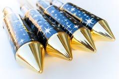 4 nuevos cohetes diagonales de los fuegos artificiales con la tapa de oro Foto de archivo libre de regalías