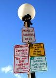 4 parkende Zeichen für einen Schlitz Stockfotografie