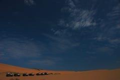 4 policías motorizados en el desierto   Imagen de archivo