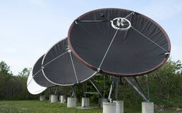 4 pratos satélites Imagens de Stock