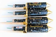 4 razzi orizzontali dei fuochi d'artificio con la parte superiore dorata Immagini Stock