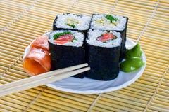 4 rouleaux de sushi avec des poissons Photo libre de droits