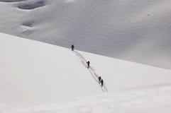 4 Skieurs que cruza un hombro del Mt Blanc Imágenes de archivo libres de regalías