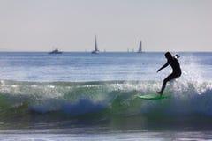 4 som surfar Arkivfoton