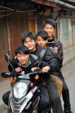 4 tonår för porslinmotorcykelpengzhou Arkivfoton