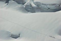 4 tourers de ski dans une ligne sur le Mt Blanc Photo libre de droits