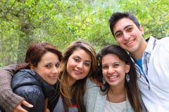 4 vänner som tillsammans ler Arkivbild