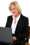 40 atrativos algo mulher com portátil Fotos de Stock Royalty Free