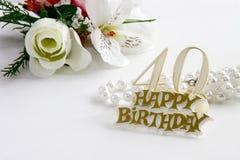 40. Geburtstagzeichen mit Perlen und Seide stieg Lizenzfreies Stockbild