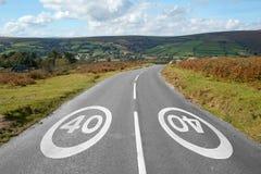 40 MPH-Zeichen auf einer Landstraße, Dartmoor England. Lizenzfreie Stockfotografie