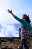 40-tal som vänder henne mot lone silhouettewavekvinna Arkivfoton