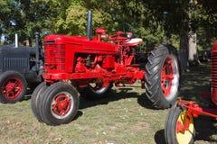 40-tallantgård all modellH-traktor Royaltyfri Fotografi