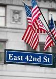 42nd sinais de rua do leste e bandeira dos E.U. Imagem de Stock Royalty Free