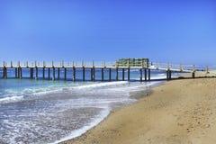 458 strand met dok op de Middellandse Zee Stock Afbeeldingen