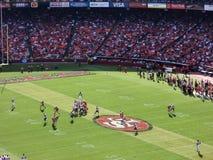 49ers橄榄球四分卫集投掷 免版税库存照片