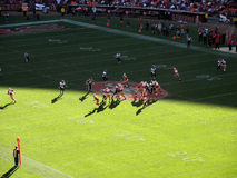 49ers dans le mouvement avec Alex Smith regardant pour projeter Photo libre de droits