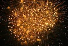 4to de la visualización de los fuegos artificiales de julio Imagen de archivo libre de regalías